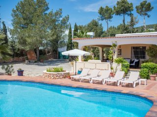 Pretty villa for 7/8 guests, 5 mins to Playa den Bossa, Sant Jordi