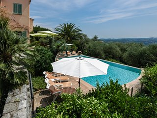 Luxury Villa, Huge pool , Fab View , 5 mins walk to town , near Cannes & Airport