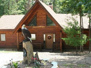 Cozy Cabin with Two Master Suites, Branson