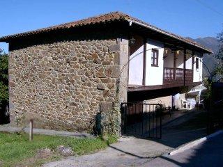 Típica casona de piedra asturiana