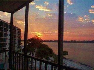 MAY SPECIALS--$895.00  WEEKLY RENTAL 2BR/2BTH BEACH CONDO ON FT. MYERS BEACH