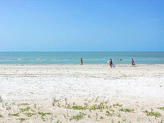 SUNSATIONAL SUNSETS, BEACH, AND 2 BDRM/2BTH FORT MYERS BEACH CONDO!