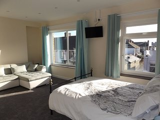 Seven Bed Seaside Apartment in Porthcawl Town - Ideal for Contractors!