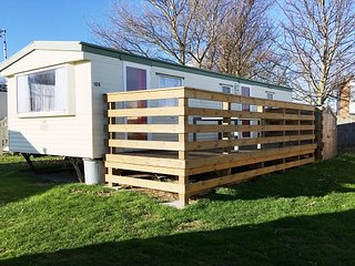 2 Bedroom Caravan Sleeps 4-6 on the sea front and club access at Priory Hill, Leysdown-on-Sea