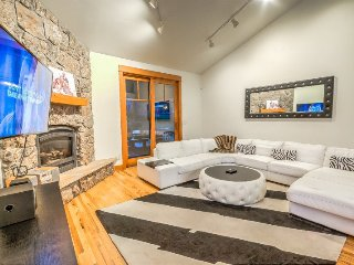 Contemporary Luxury in The Heart Of Ski Town USA! Private Hot Tub!, Steamboat Springs