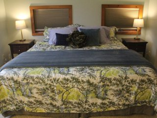Private King Bed w/Bath in SHARED Charming House, good for business travelers