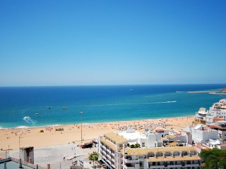 MONACO Apt w/ amazing sea views, pool, short walk to old town, AC & free Wi-Fi