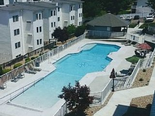Beautiful Condo! Great Main Channel Views from Deck*Walk to Bars/Rest*Sleeps 10, Osage Beach