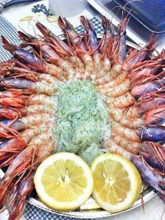 piatti tipici che su richiesta possiamo preparare gamberi crudi e schiuma di mare