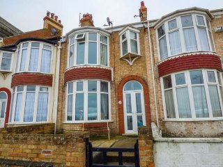NUMBER FIFTEEN beach front, garden, pet-friendly, WiFi, in Withernsea, Ref 943005