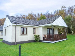 LITTLE BIRCH COTTAGE, detached, leisure complex, WiFi, lawned garden, in Dailly, Ref 948909