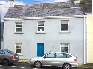 OLD LEONARD HOUSE, charming townhouse, woodburning stove, comfortable accommodation, in Foxford, Ref 949500