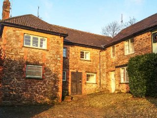 STABLE COTTAGE, converted stable, pet-friendly, lots of animals, Exford, Ref 949612