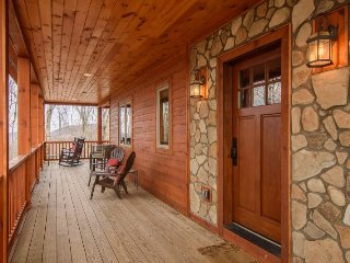 3BR Timber Style Cabin, Hot Tub, Foosball, Pool Table, Leather Furniture, Zionville