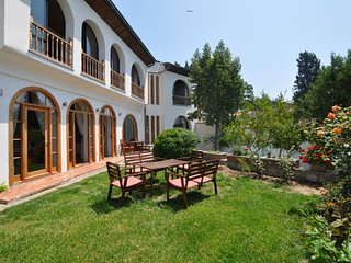St Johns House, superb villa, sleeps 9, private pool, sauna and Turkish bath, Selcuk