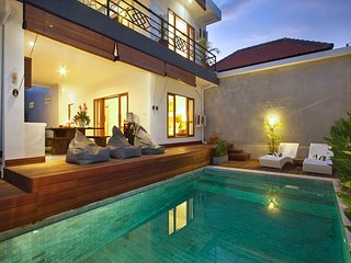 central 2 bedroom villa, airport transports and breakfast included, Seminyak