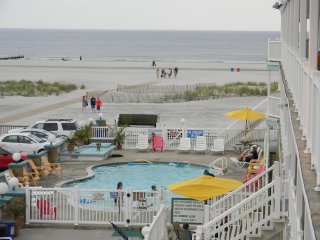 Beach Front Condo - Directly On The Beach - Heated Outdoor Pool - Free Wi-Fi, Wildwood Crest
