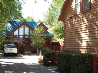 Upscale/Comfy 2 BR Chalet ONLY 2 Blks from Sq.- Whole House - On-Site Parking**