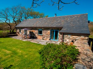 Hebog Bach - Delightful 5 Star Single Storey Cottage on Private Leafy Estate