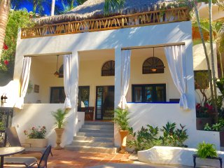 Casa Sonrisa, gorgeous ocean views, pool, close to everything, quiet