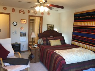 Executive master suite directly on river. Completely private. With jacuzzi., Roscoe