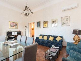 Trastevere Large Comfortable Panoramic Apartment, Rome
