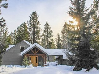 Luxury Home Featuring Hot Tub & SHARC Passes!, Sunriver
