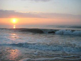 Breathtaking 3Br 2B Condo, Steps to Ocean, dining, fun, Pool, Free Parking, Wifi