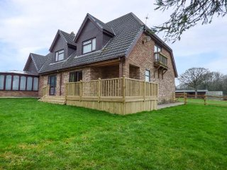 CWM GRAN MEADOWS, single-storey annexe, enclosed garden, pet-friendly, Llanharry