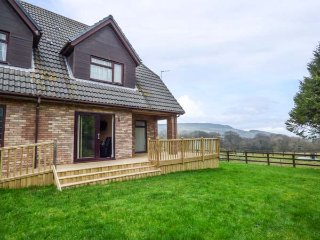 CWM GRAN MEADOWS, single-storey annexe, enclosed garden, pet-friendly, Llanharry