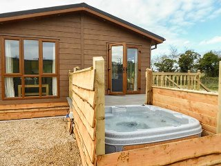 WHITEY TOP LODGE, stunning views, hot tub, open plan, near Damerham, Ref 948951