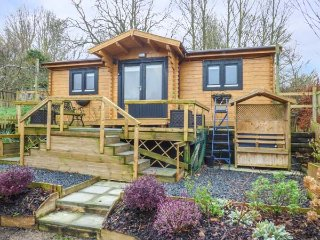 CHALET MONET, single-storey lodge, pet-friendly, lovely garden, near Bridport