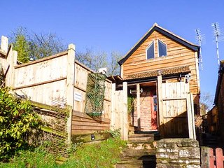ORCHARD COTTAGE, detached, romantic, hot tub, WiFi, pet-friendly, Blakeney Ref