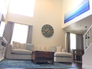 Close to BEACH and Promenade! NEW-Santa Monica Beach-Modern 2 Bed/2 Bath + Loft, Santa Mónica
