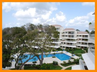 Palm Beach 502 - Modern condo with private balcony and communal pool