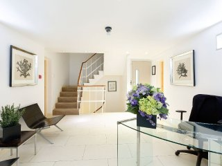 BELGRAVIA / CHELSEA 2 bed 2 bath apartment with Porter, London