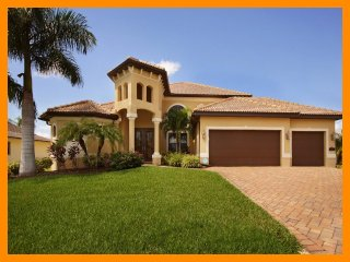 Beautiful 4 Bed Waterfront Villa with Private Pool, Cape Coral