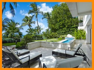 Beautiful 3 Bed Beachfront Apartment, Paynes Bay