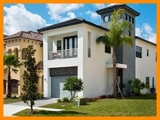 Modern Family Home with Private Pool, Golf Views, North Fort Myers