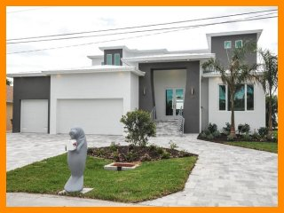 Cape Coral 134 - 5* waterfront villa with a private pool and boat dock
