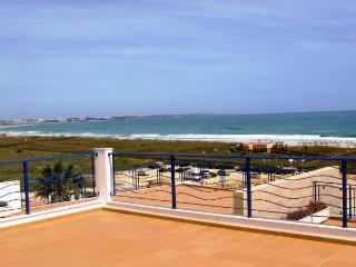 Mira Baia R/C E, Meia Praia - beachfront 3 bedroom luxury apartment