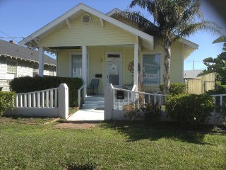 Island Getaway-1 block to beach-beautiful private backyard-Free WIFI-sleeps 7