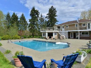 Cowichan Valley Country Home - 5 Bedroom Home with pool and hot tub