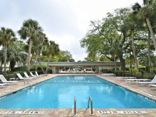 Pet Friendly Villa, Short Walk to the Beach & Coligny Plaza