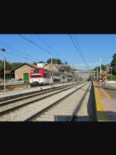 La estación está a 10 minutos andando desde la casa.