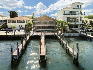 Bay Front Beauty Pier Area with Pool, Dock and Amazing Views new to Sun Palace
