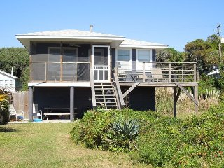 Le Petit Chateau - Cute Two Bedroom Beach Cottage, Folly Beach