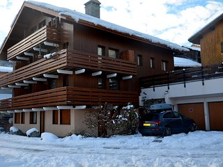 Meribel Les Allues, 2 Bed Apartment with mountain views, free WiFi & garage