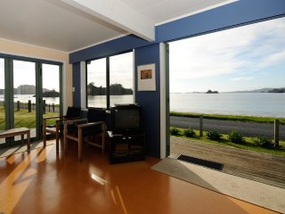 Oakura Bay beachfront family holiday house with kayaks, Hikurangi