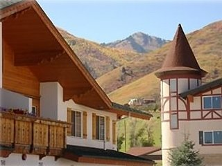 Zermatt Luxury Chalet - 3 Bedroom, 3 Bathroom - Resort Living, Midway